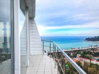 Просторная квартира с видом на море.